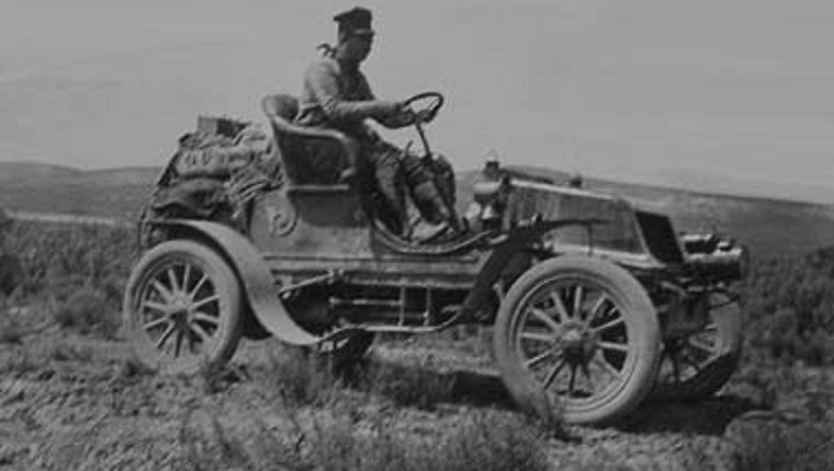 A black and white photograph of Horatio Jackson Nelson in his Winton automobile.